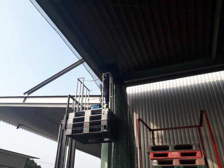 倉庫出入口ネット設置工事 施工写真その3